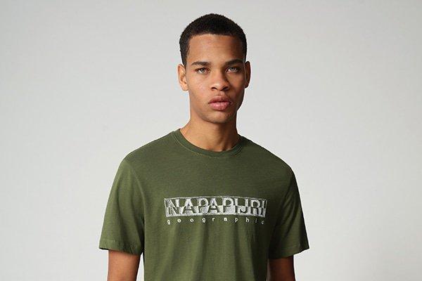 In een Napapijri shirt kun jij de hele wereld aan